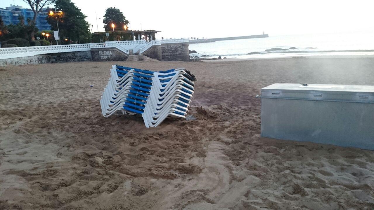 Vuelven A Quemar Las Tumbonas De La Playa De Brazomar La