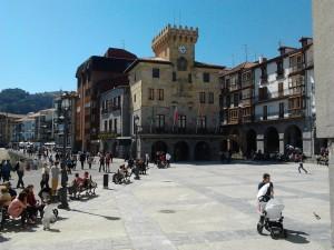 Plaza Ayuntamiento con gente