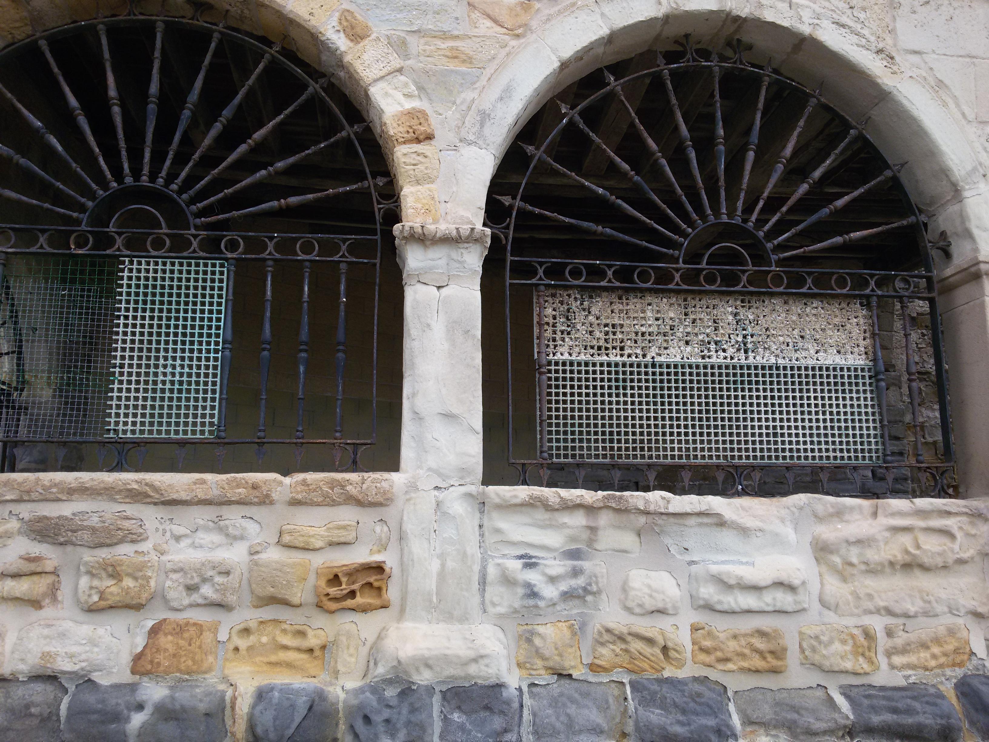 Un mes despu s de semana santa sigue instalado un - Alfombras portico ...