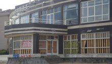 Hotel Miramar cerrado con tablas