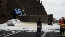 Camión volcado en A-8 Saltacaballo (5)