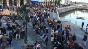 Puerto abarrotado de gente