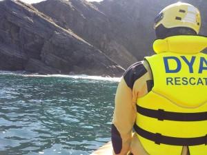 Perro rescatado del mar en Mioño (2)