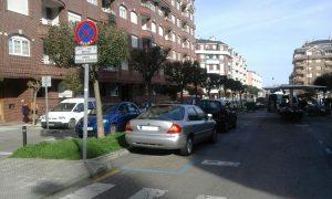 Coches mal aparcados en Jueveros (2)